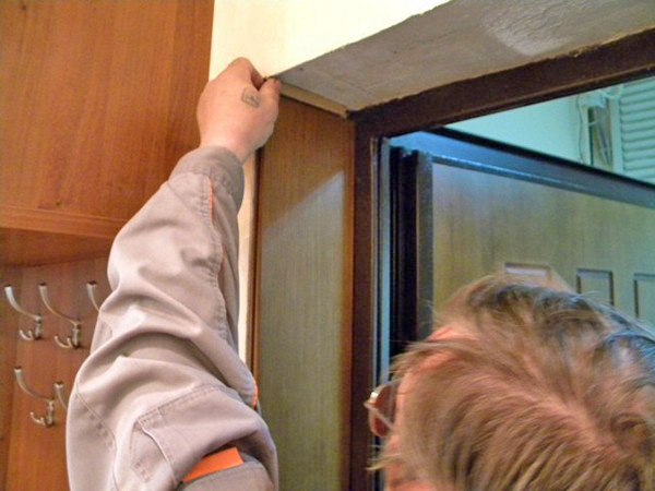 установка входной двери в квартиру фото