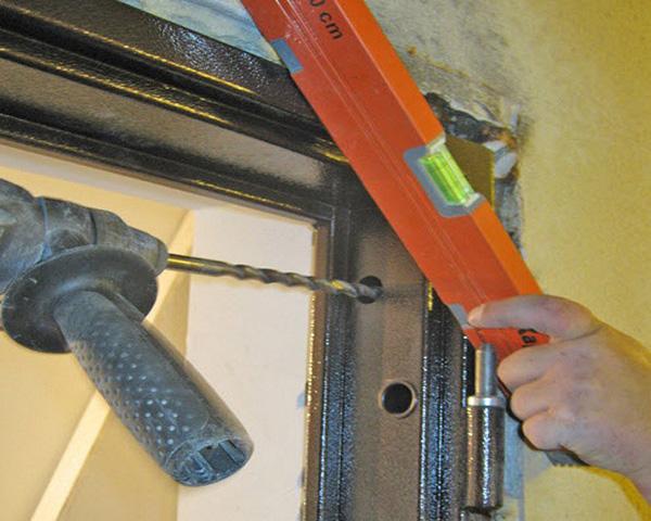 установка входных металлических дверей фото