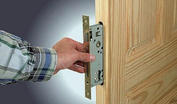 установка деревянной двери с коробкой фото
