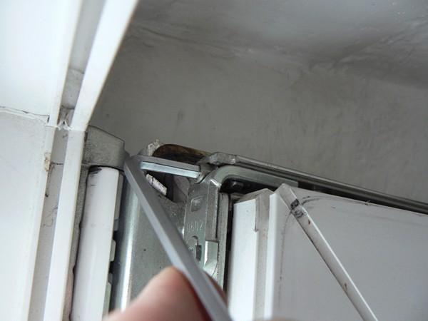 регулировка прижима пластиковых дверей фото