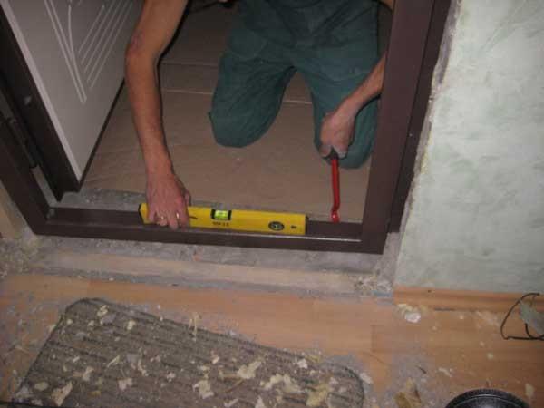 установка деревянных дверей межкомнатных фото