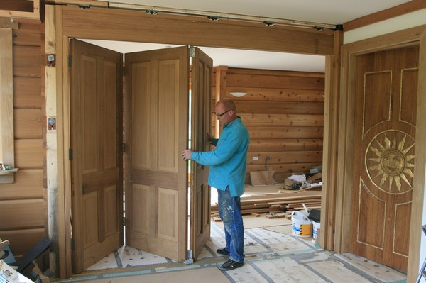двери складные гармошка виды достоинства монтаж двери дома