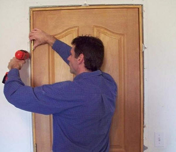 Как отремонтировать деревянную дверь фото