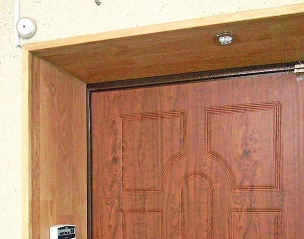 отделка откосов входной двери ламинатом фото