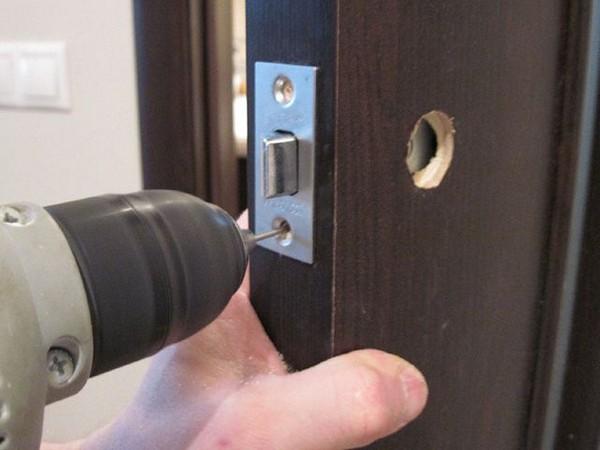 Установка дверной ручки с защелкой фото