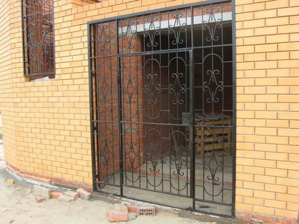 установка решетчатых дверей фото
