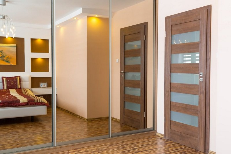 распашные двери в спальне фото