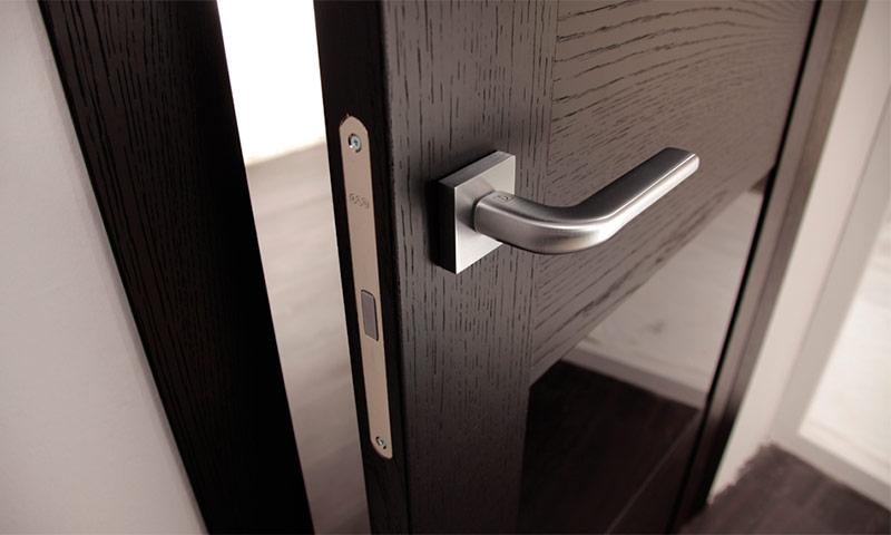 магнитный замок на межкомнатную дверь фото