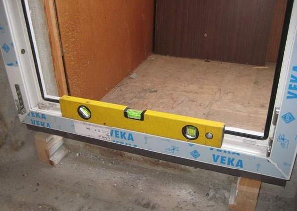 установка пластиковых балконных дверей фото