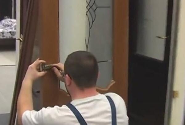 Ремонт межкомнатной двери замена стекла