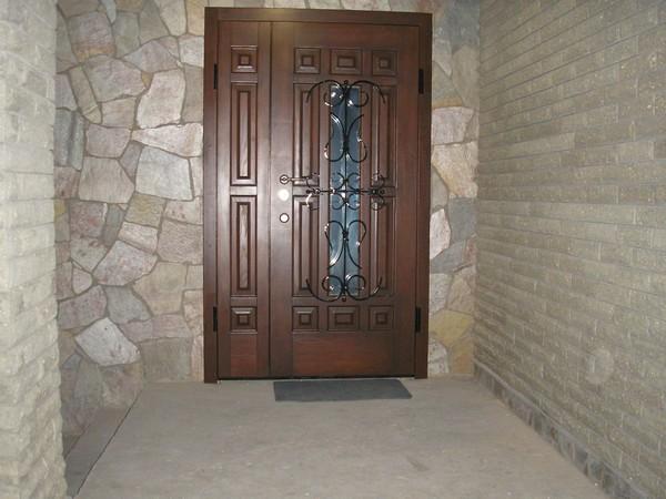 двустворчатые уличные двери  фото